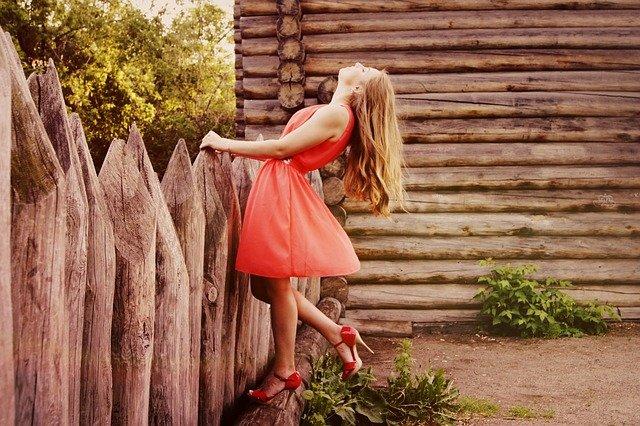 Jaki stanik do sukienki z odkrytymi plecami wybrać?